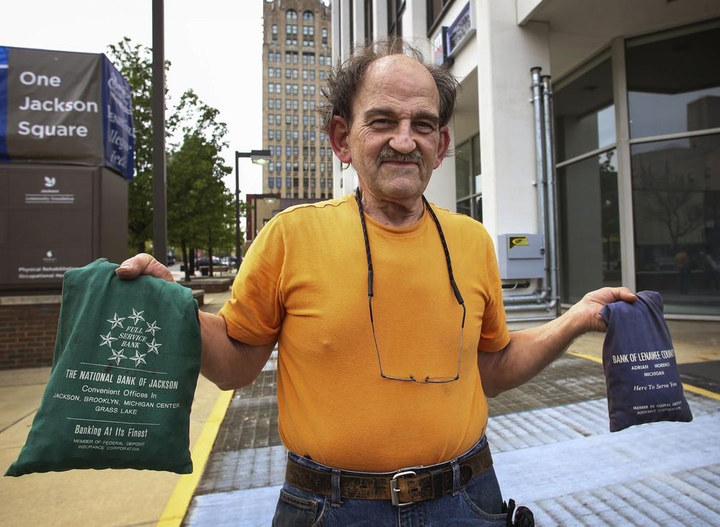 Brian McGonegal com suas moedas (Foto: Emily Mesner/Jackson Citizen Patriot via AP )