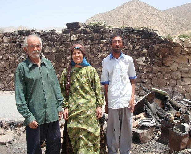 Família Bahá'í escapa de incêndio depois de homens colocarem gasolina nas redondezas, em Fars, no Irã. (Foto: The Bahá'í International Community)