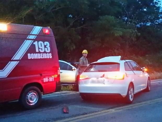 Carro dirigido por jovem atingiu veículo que viajava no sentido contrário em Ipameri, Goiás (Foto: Divulgação/Corpo de Bombeiros)