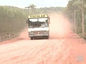 Ausência de pavimentação faz com que aumente a poeira no local (Foto: Reprodução/TV Clube)
