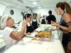 Sabrina Sato 'ataca' coxinhas em cozinha de camarote: 'Comi quatro'