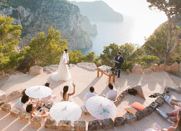 Casamento de Daniel Alves e Joana Sanz foi celebrado ao ar livre em Ibiza, na Espanha (Foto: Reprodução/Instagram)