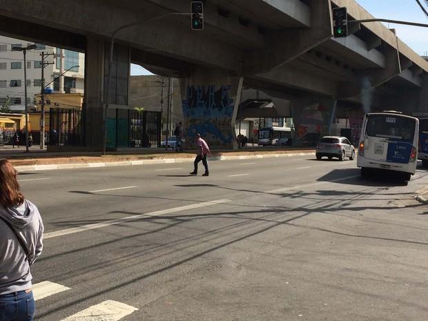 Nas imediações da estação Carandiru do Metrô, o alto fluxo de pedestres na região está relacionado ao seu acesso. Flagrantes de travessias fora da faixa apontam para necessidade de faixa em frente a estação (Foto: Vivian Reis/G1)