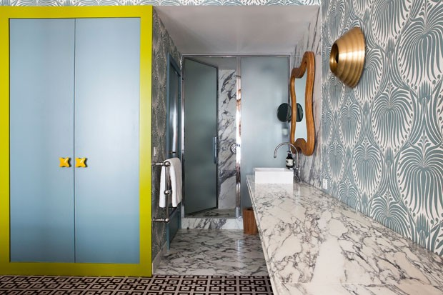 Espelho e puxadores de armário por India Mahdavi e arandela de PSLAB (Foto: Derek Hudson)