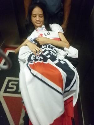 Alline Silva realiza o sonho de conhecer o Morumbi (Foto: Petterson Rodrigues / GloboEsporte.com)