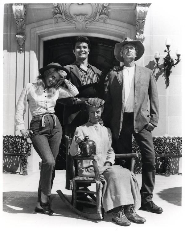 O elenco de A Família Buscapé em frente a casa na qual a série foi filmada (Foto: Reprodução)