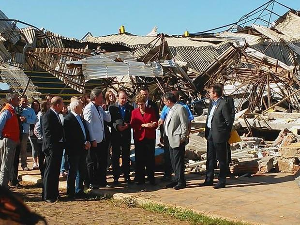 Dilma visitou escombros de escola atingida com moradores de Xanxerê e políticos (Foto: Michel Teixeira/Atual FM/Divulgação)