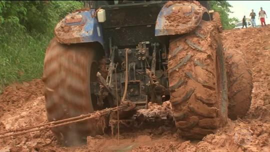 Caminhões parados em atoleiro na BR-163 começam a circular, no Pará