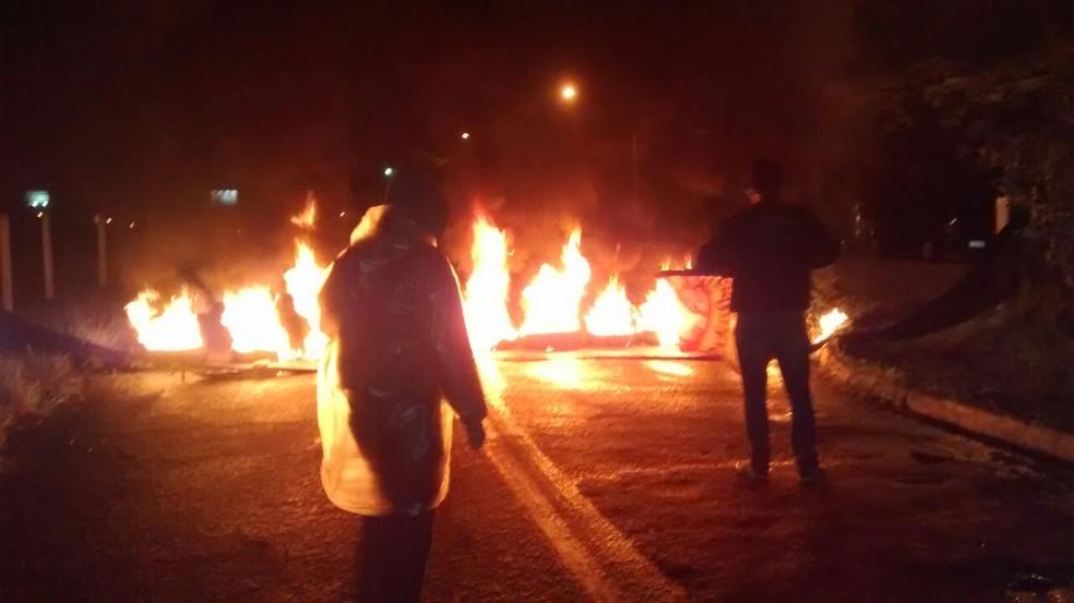 Acesso à Ambev da estrada Pagador Andrade é bloqueado por manifestantes em Jacareí (Foto: Rafael Melo/ TV Vanguarda)