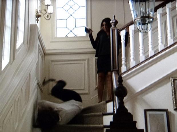 Rosemere vê Brenda rolar escada abaixo (Foto: Sangue Bom / TV Globo)