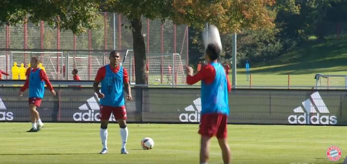 BLOG: Só vale de ombro! Douglas Costa e Thiago Alcântara mostram habilidade no Bayern