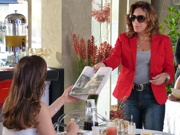 Wanda entrega jornal com foto de Théo para Lívia (Foto: Salve Jorge/TV Globo)