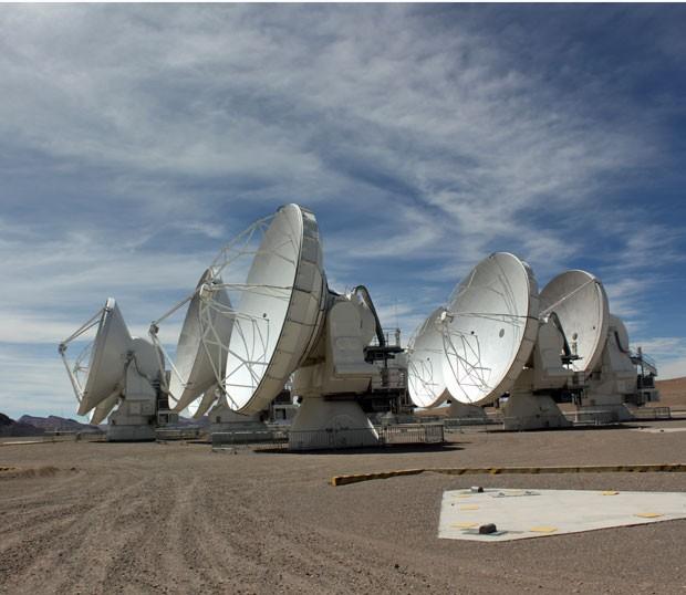 Antenas com peso de 100 toneladas podem se deslocar sobre o platô de Chajnantor (Foto: Dennis Barbosa/G1)