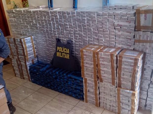 Ao todo, mais de 2,8 mil pacotes de cigarro foram apreendidos na rodovia (Foto: Divulgação/Polícia Militar de MT)