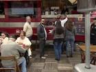 Empresários transformam ônibus em lanchonete para vender hambúrguer