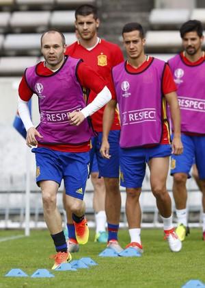 Iniesta puxa a fila no treino físico da Espanha (Foto: REUTERS/Regis Duvignau)