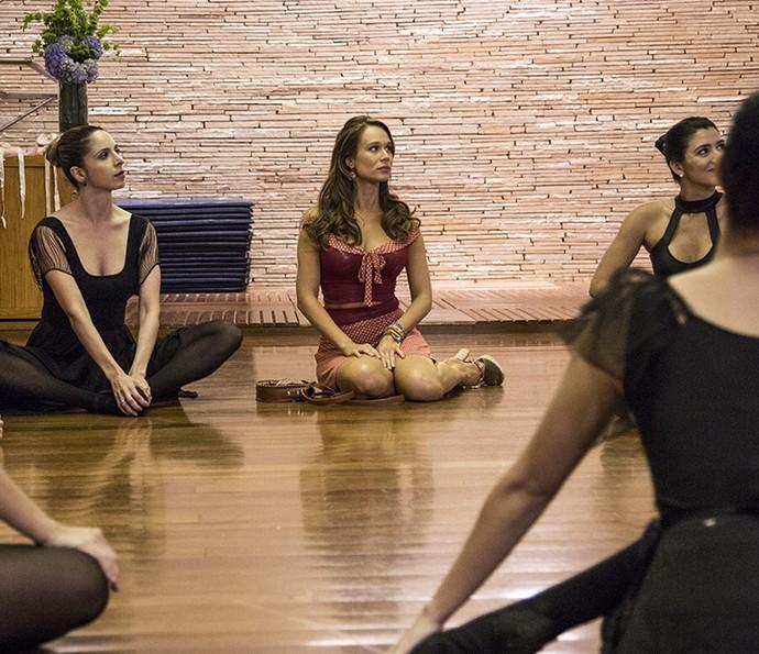 Tancinha ouve apresentação na primeira aula de balé (Foto: Inácio Moraes/Gshow)