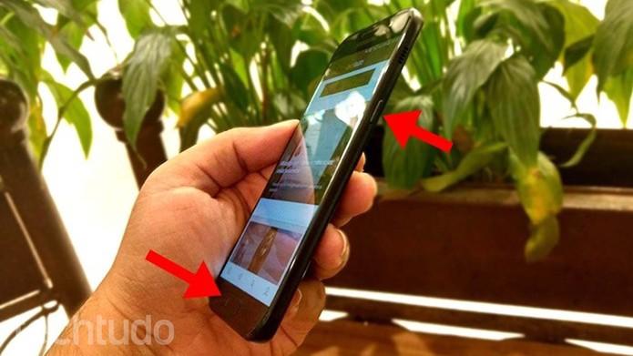 Pressione os botões liga/desliga e frontal ao mesmo tempo (Foto: Paulo Alves/TechTudo)
