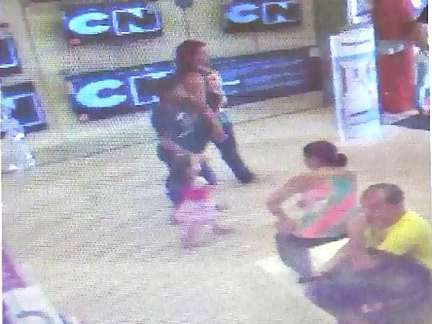 Imagem mostra mulher suspeita com a menina e irmão (Foto: Reprodução/TV Amazonas)