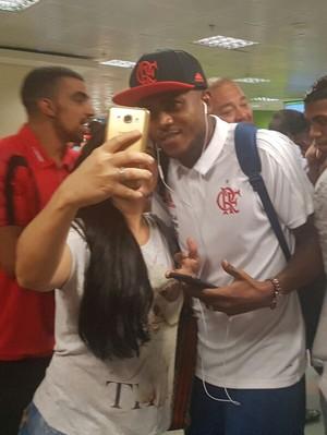 Cirino foi parado por fãs e tirou fotos com eles em Brasília (Foto: Amanda Kestelman/GloboEsporte.com)