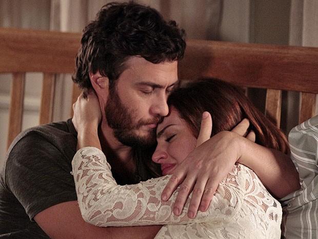Rodrigo acolhe Elisa em seus braços (Foto: Amor Eterno Amor/TV Globo)