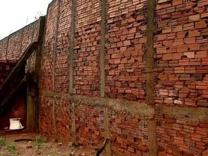 Muro de 5 metros de altura está prestes a cair (Foto: Ely Venâncio/EPTV)