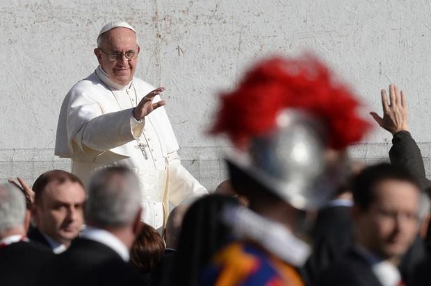 O Papa Francisco acena para a multidão nesta terça-feira (19) na Praça de São Pedro, no Vaticano (Foto: AFP)