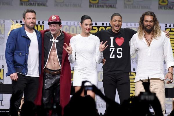 O ator Ezra Miller com seus colegas de elenco em Liga da Justiça (Foto: Getty Images)