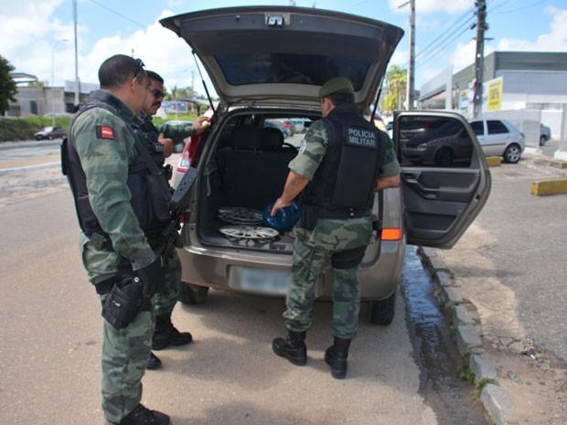 Animal foi encontrado no porta-malas do veículo e removido pela Polícia Ambiental (Foto: Walter Paparazzo/G1)