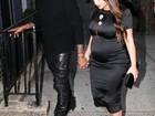 Kim Kardashian exibe barrigão de grávida com vestido justinho