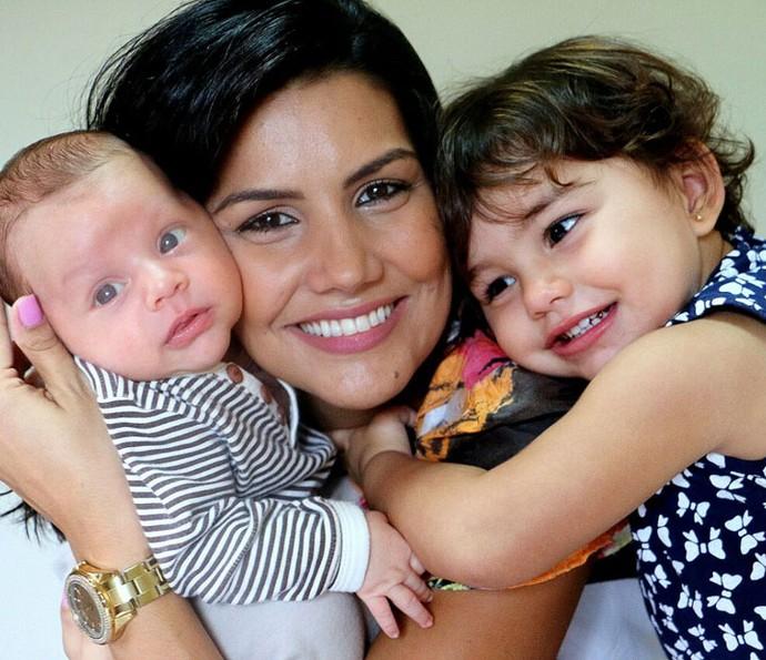 Fofura! Mariana agarradinha com seus dois amores (Foto: Marta Figueiredo)