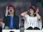 Mick Jagger e o filho Lucas se divertem ao assistir a jogo de futebol na França