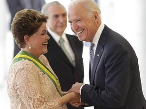 Dilma Rousseff ri com o vice-presidente dos EUA, Joe Biden, ao cumprimentá-lo no Palácio do Planalto na cerimônia de posse do seu segundo mandato como presidente (Foto: Ueslei Marcelino/Reuters)