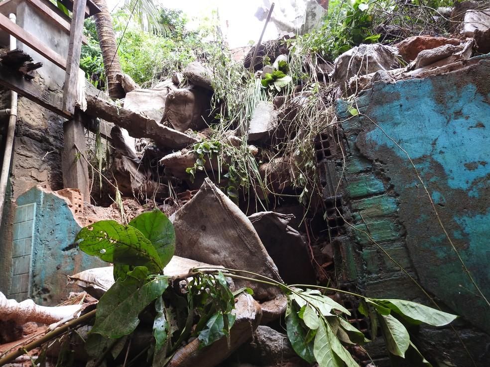 Casa também foi atingida pelo deslizamento (Foto: Adneison Severiano/G1 AM)