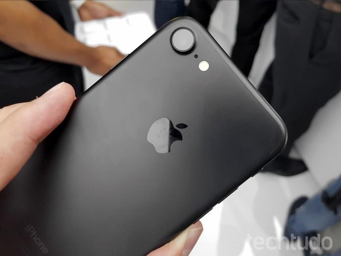 Traseira do iPhone preto fosco. Além dele, consumidor poderá optar pelo preto brilhante (Foto: Thássius Veloso/TechTudo)