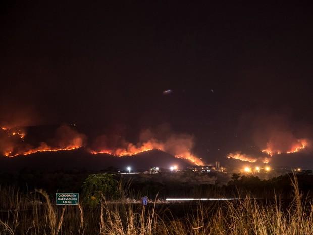 Bombeiros e Defesa Civil tentam controlar incêndio na Serra do Carmo (Foto: Clóvis Cruvinel/Arquivo Pessoal)