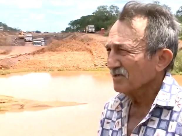 Parte das terras do agricultor Juraci foram tomadas sem permissão (Foto: Reprodução/TV Clube)