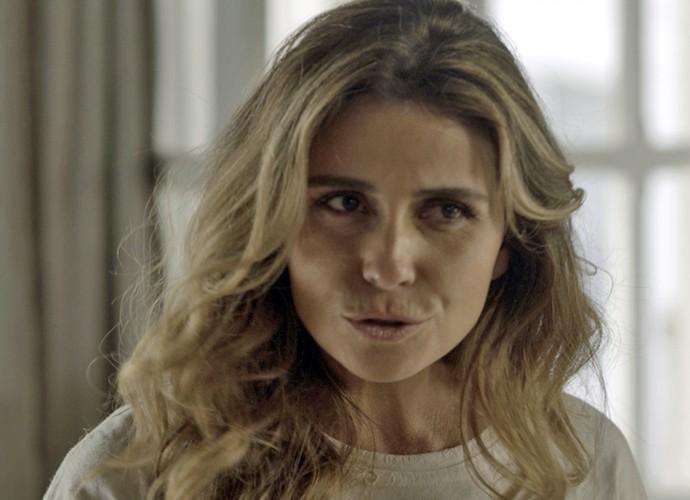 Atena diz a Tóia que Romero está tentando protegê-la da facção criminosa (Foto: TV Globo)