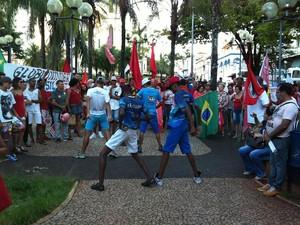 Protesto em Uberaba pró-Dilma dancinha (Foto: Alex Rocha/G1)
