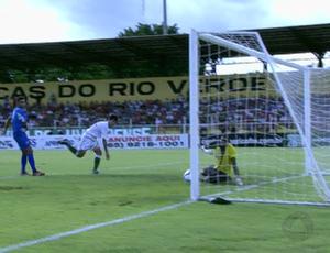 Tozin marca gol contra o Vila Aurora pelo Campeonato Mato-grossense 2013 (Foto: Reprodução/TVCA)
