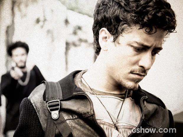 Edu aponta arma para Alain ao encontrá-lo na comunidade (Foto: Raphael Dias / TV Globo)