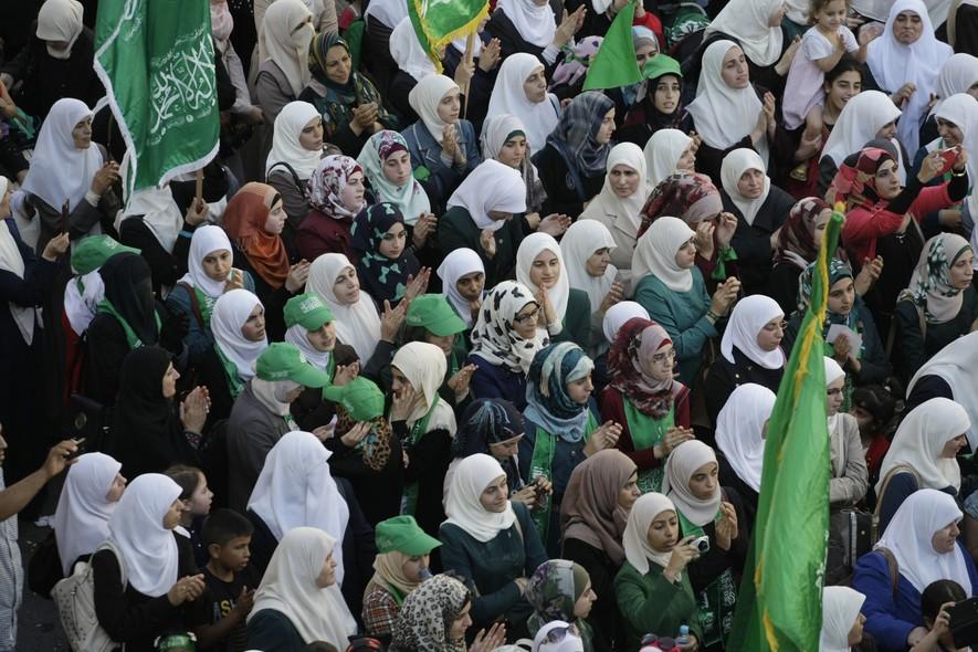 Palestinos protestam contra Israel e apoiam o Hamas em manifestação na Cisjordânia