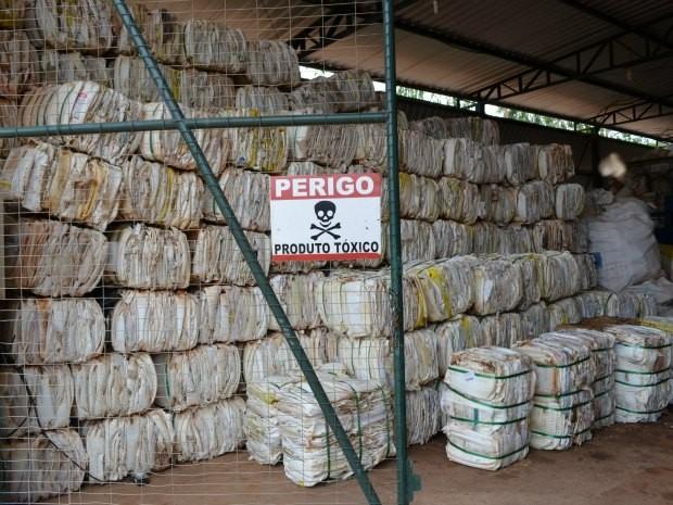 A Unidade de Reabastecimento de Embalagens Vazias de Agrotóxicos recicla 30 toneladas por mês (Foto: Paula Casagrande/G1)
