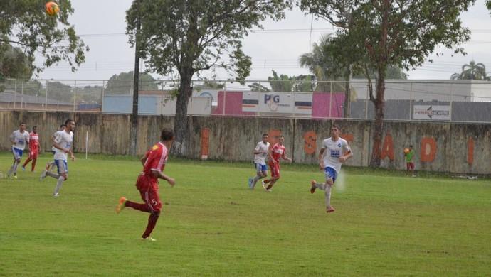 Partida termina com muita chuva no Estádio Ribeirão (Foto: Nailson Wapichana)