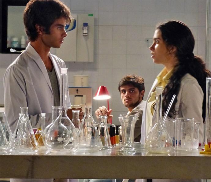 Jonatas percebe situação entre Fabinho e Débora (Foto: Evellyn Pacheco/Gshow)