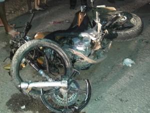 Motocicleta fica destruída após acidente com carro de passeio na PE-604 (Foto: Marcelo Gomes/ Arquivo pessoal)