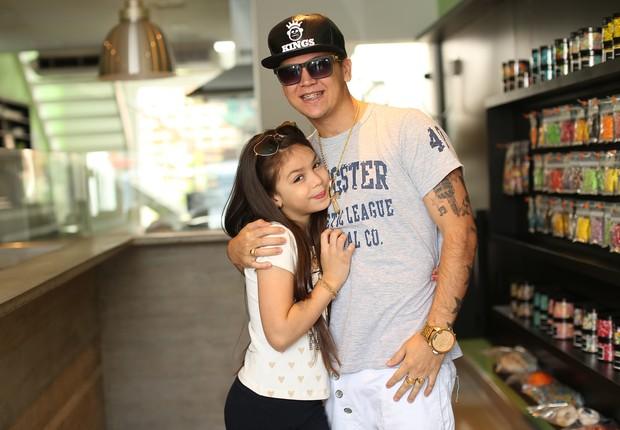 MC Melody com o pai Thiago Abreu (Foto: Iwi Onodera/EGO)