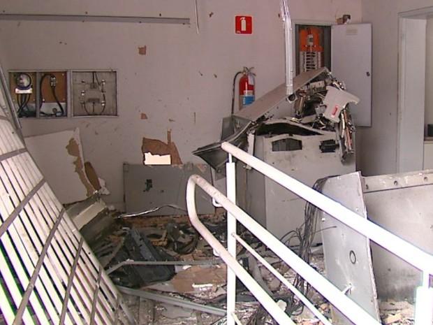 Agência bancária ficou destruída após explosão de caixas eletrônicos em Gavião Peixoto (Foto: Felipe Lazzarotto/ EPTV)