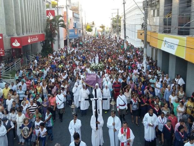 Fiéis caminharam pelas ruas do centro de Maceió (Foto: Derek Gustavo/G1)