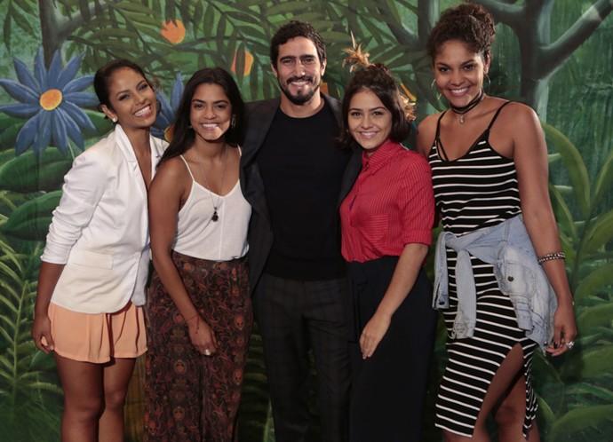 Larissa Góes, Lucy Alves, Renato Góes, Giullia Buscacio e Bárbara Reis posam juntos (Foto: Felipe Monteiro/ Gshow)